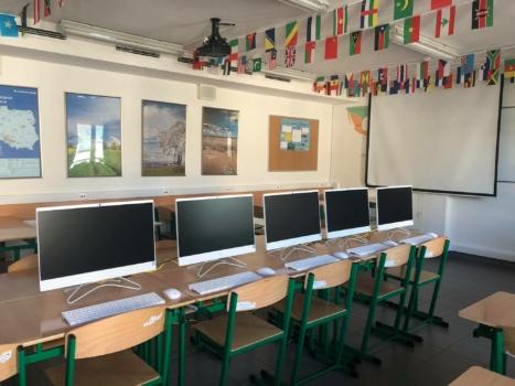 sala z komputerami na ławkach