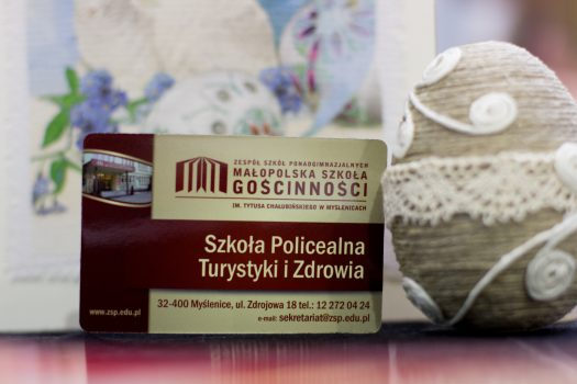 wizytówka z napisem szkoła policealna turystyki i zdrowia