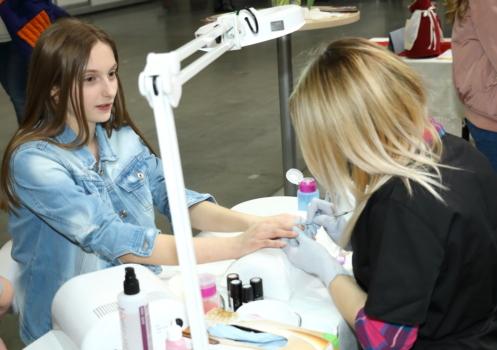 kobiety wykonujące manicure