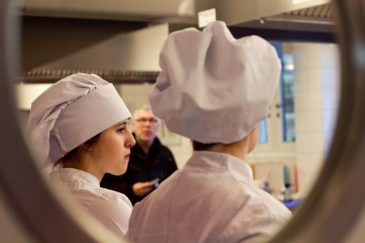 uczniowie w strojach kucharskich