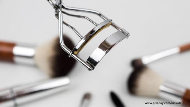 przybory do makijażu na białym tle
