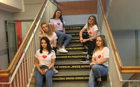 uczennice siedzące na schodach