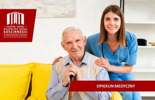 starszy mężczyzna i młoda opiekunka medyczna