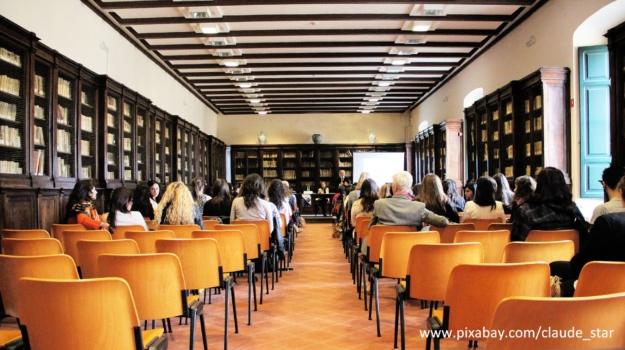 sala z pomarańczowymi krzesłami