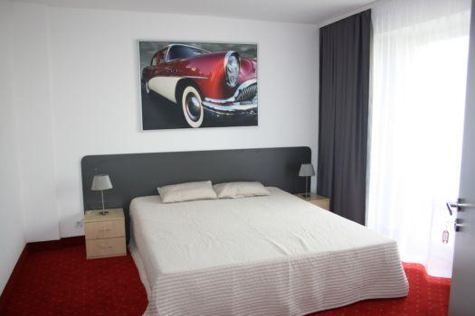apartament hotelowy z posłanym łóżkiem w centralnej części