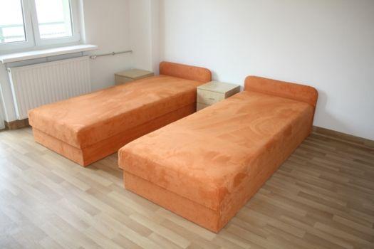 pokój w internacie z dwoma łóżkami