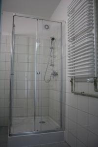 widok na łazienkę z kabiną prysznicową