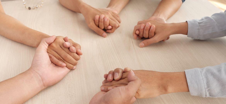 Widok splecionych ze sobą dłoni