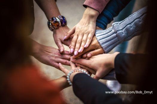 krąg utworzony z dotykających się dłoni