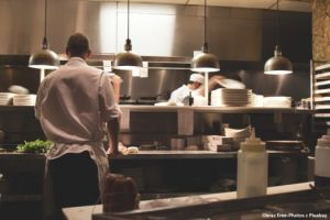 Obraz Free-Photos z Pixabay przedstawiający kucharzy pracujących w kuchni