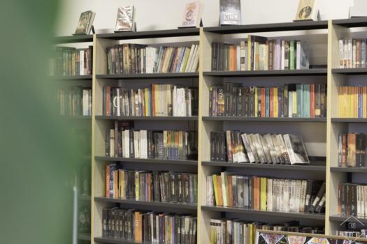 Regały z książkami w bibliotece szkolnej
