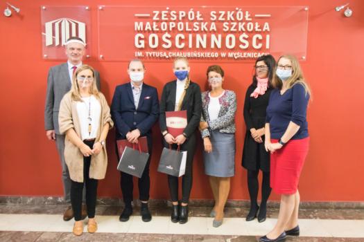 Zdjęcie absolwentów roku 2020 z dyrekcją szkoły