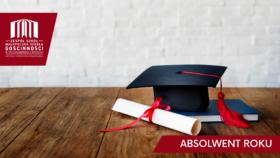 czapka absolwenta, książka i dyplom przewiązany czerwoną wstążką, położone na drewnianym stole