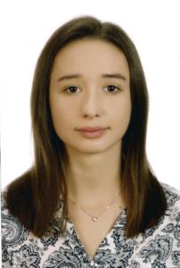 Absolwentka Roku 2018 technikum. Brunetka z długimi włosami, w bluzce we wzory.