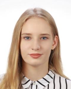 Absolwentka Roku 2020 Technikum. Kobieta, włosy blond, w białej bluzce w czarne paski