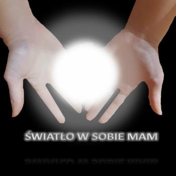 plakat z dłońmi i napisem światło w sobie mam