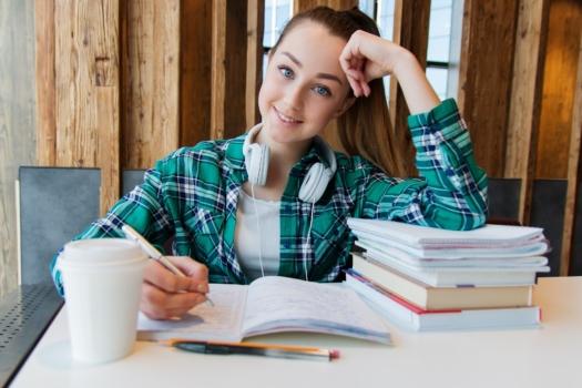 uczennica przy biurku