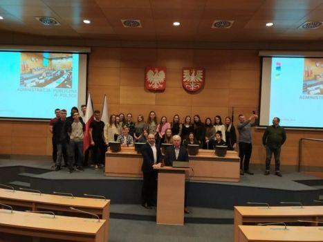 grupa młodzieży w sali obrad Sejmiku Województwa Małopolskiego