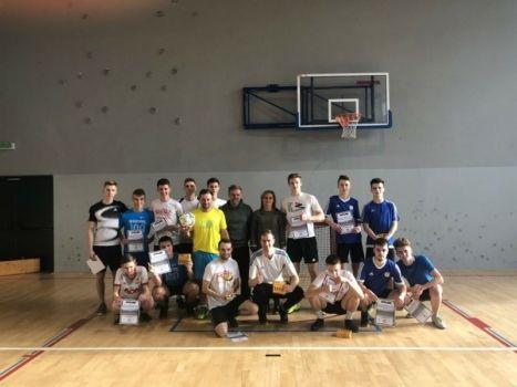 grupa młodzieży w strojach sportowych na sali gimnastycznej