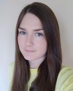 Absolwentka Roku 2019 technikum. Brunetka z długimi włosami.