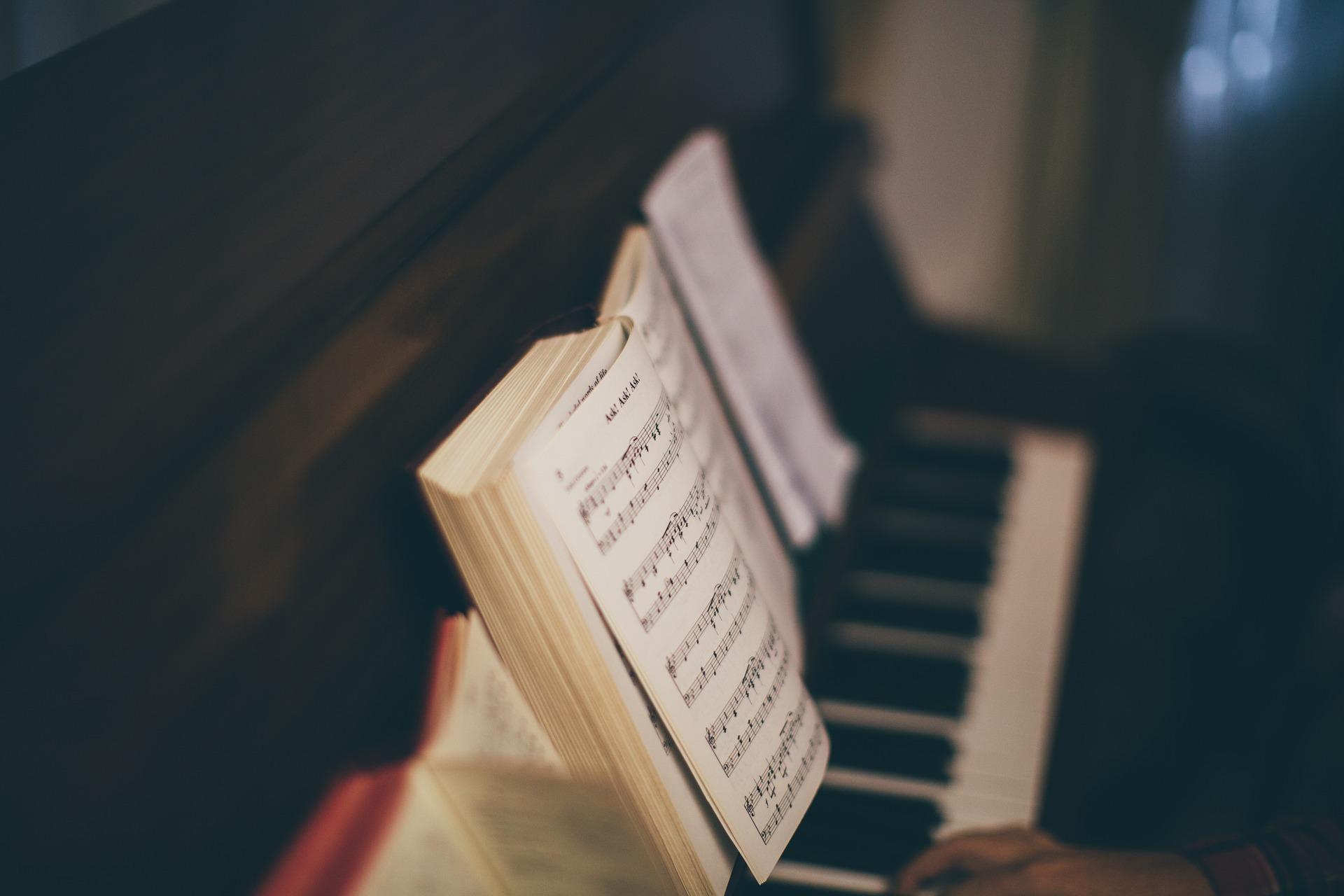 Widok na pianino i nuty