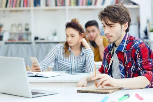 Uczniowie w ławce podczas lekcji