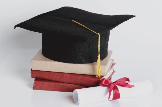 czapka studencka kwadratowa i książki