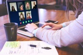 Widok na komputer z wideokonferencją