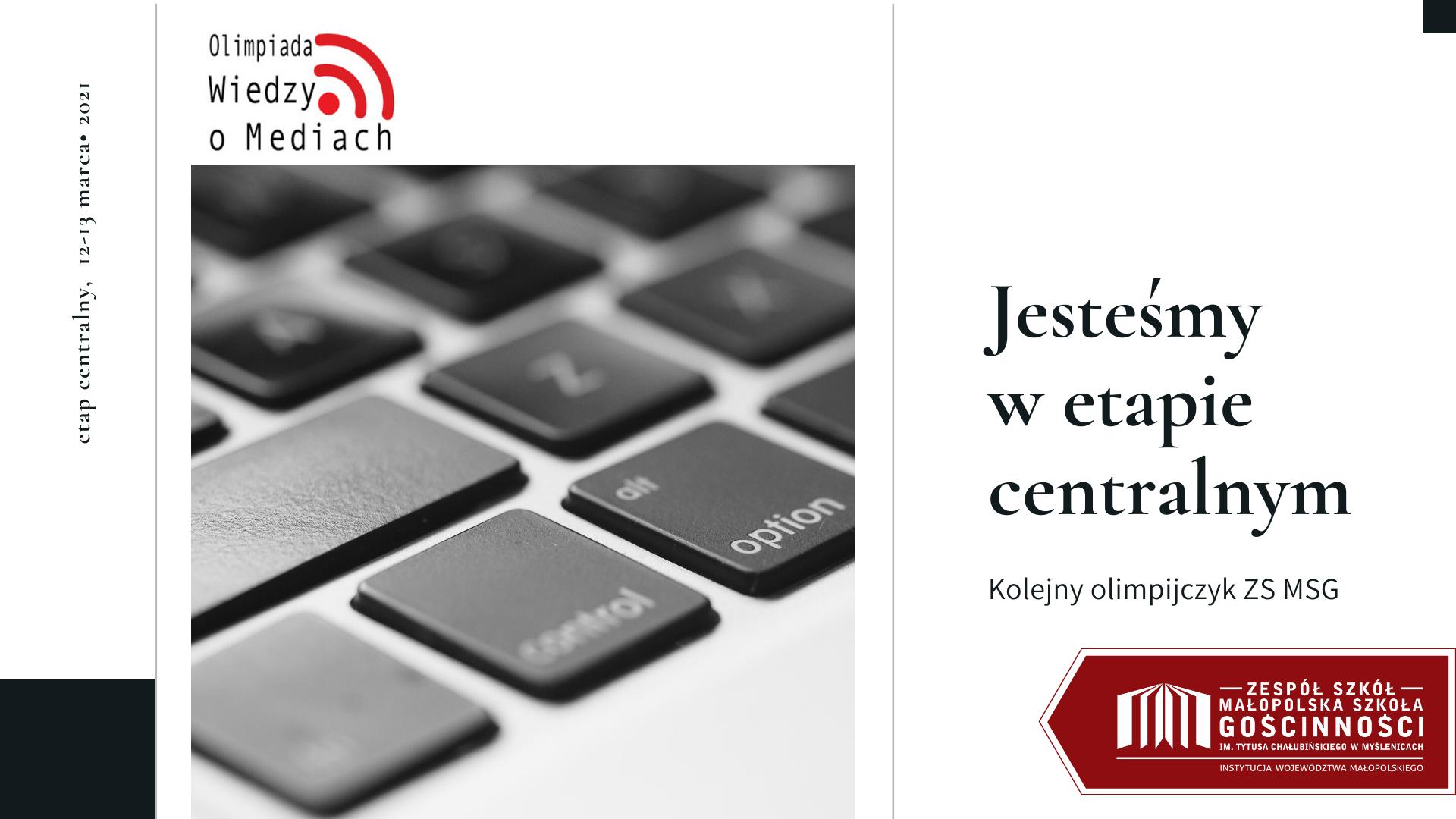 Widok na czarno-białą klawiaturę komputera oraz logotyp olimpiady wiedzy o mediach i małopolskiej szkoły gościnności