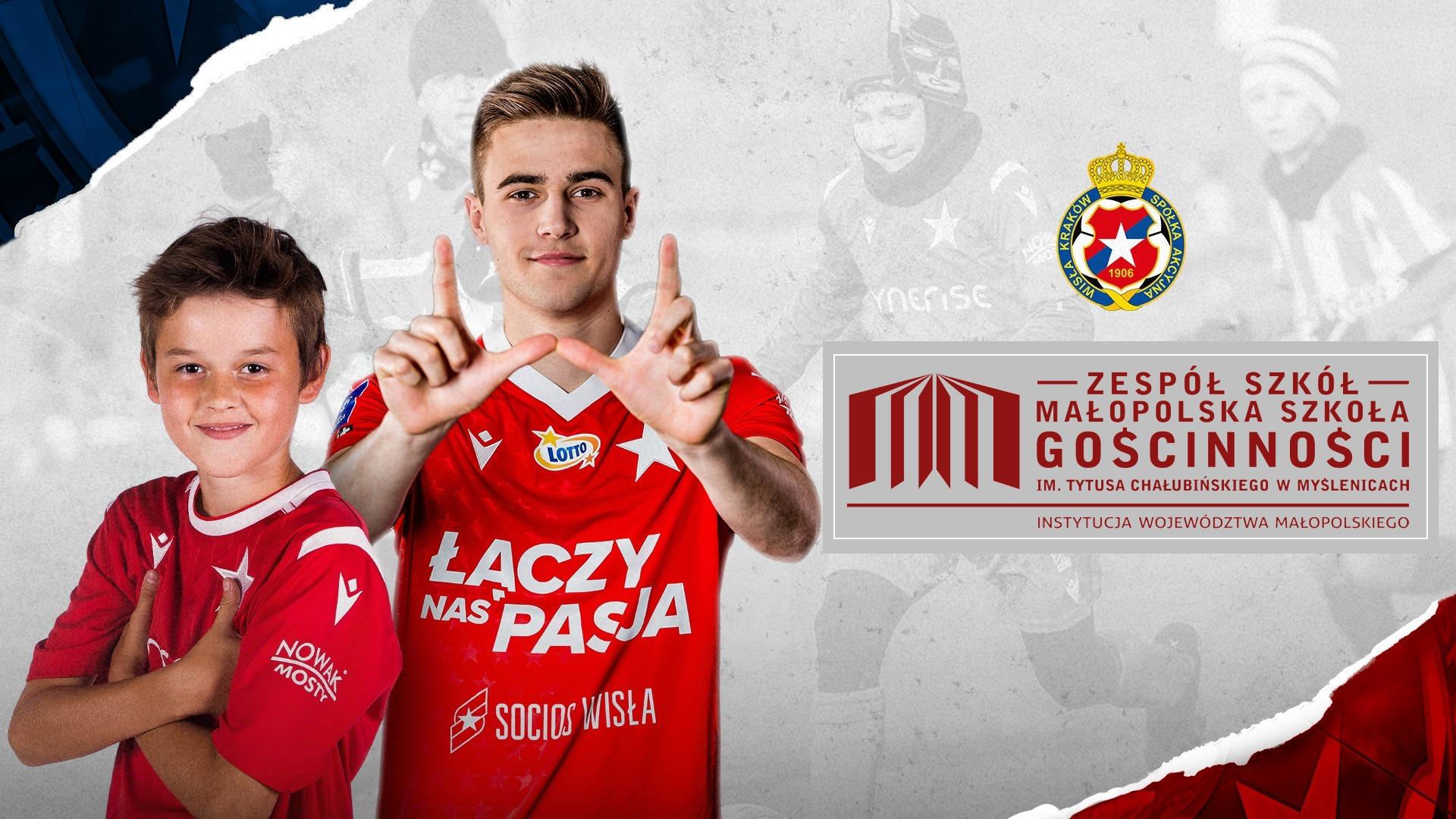 Dwóch młodych chłopców w czerwonych koszulkach sportowych z logotypem Wisły Karków