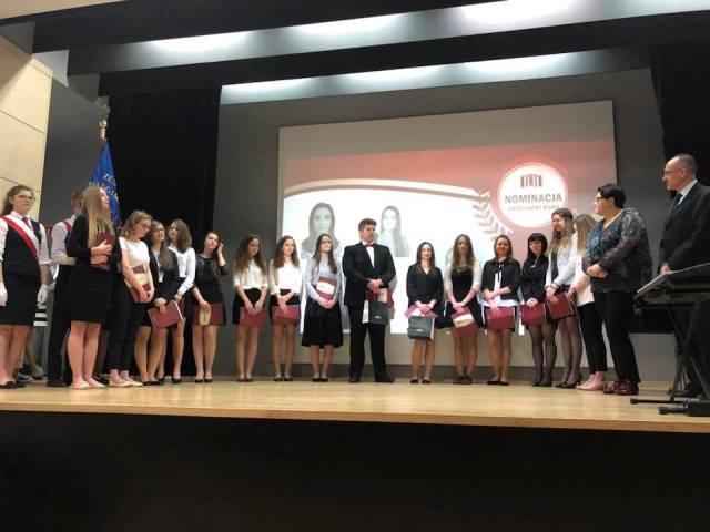 Pożegnanie absolwentów 2018, grupa uczniów nominowanych do tytułu absolwenta roku.