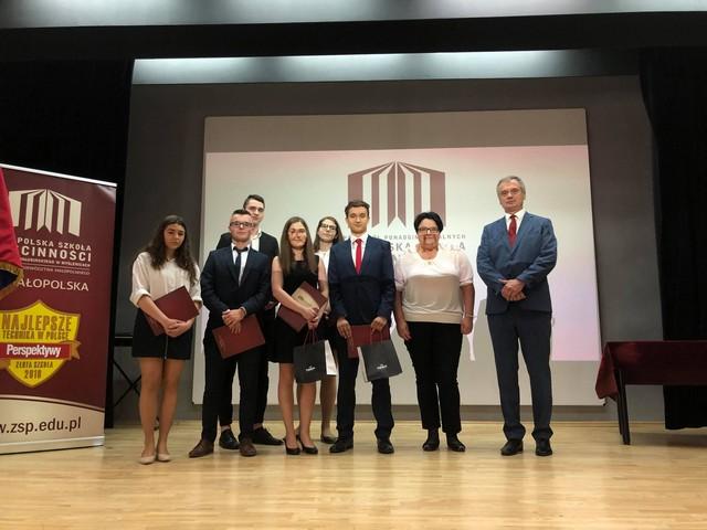 Grupa 6 uczniów nominowanych do tytułu absolwenta roku