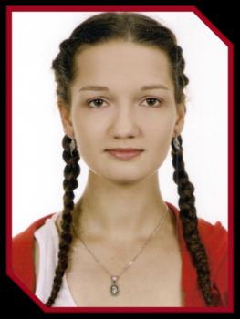 nominowana w konkursie Absolwent roku. Brunetka z dwoma długimi warkoczami.