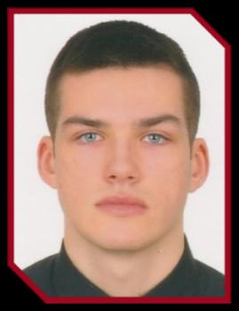 Nominowany w konkursie Absolwent Roku. Mężczyzna z krótkimi włosami w czarnej koszuli.