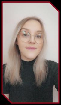 nominowana w konkursie Absolwent roku. Blondynka z długimi włosami w okularach, ubrana w ciemną bluzkę.