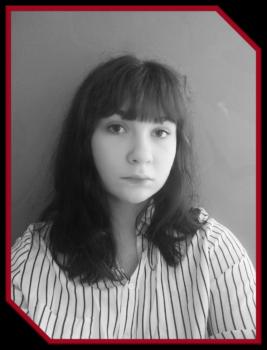 nominowana w konkursie Absolwent roku. Brunetka z długimi włosami.