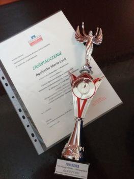 Dyplom i puchar dla finalistki olimpiady Wiedzy o Unii Europejskiej