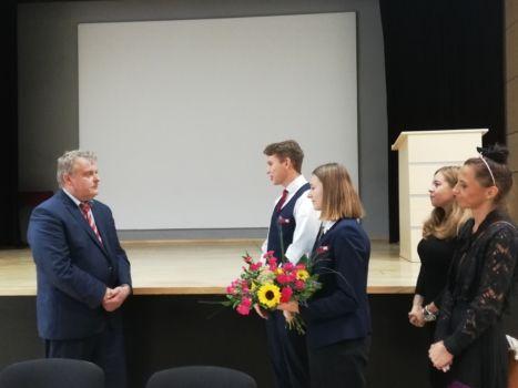 Przedstawiciele Samorządu Uczniowskiego wręczają kwiaty nowemu dyrektorowi szkoły