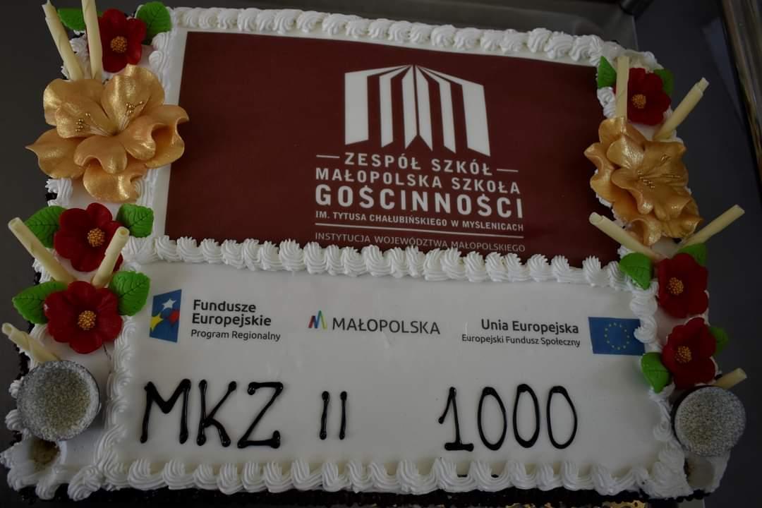 widok na tort z logotypem szkoły