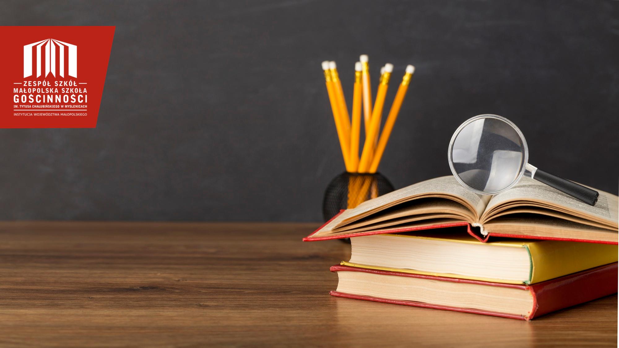 widok na biurko z książkami i ołówkami