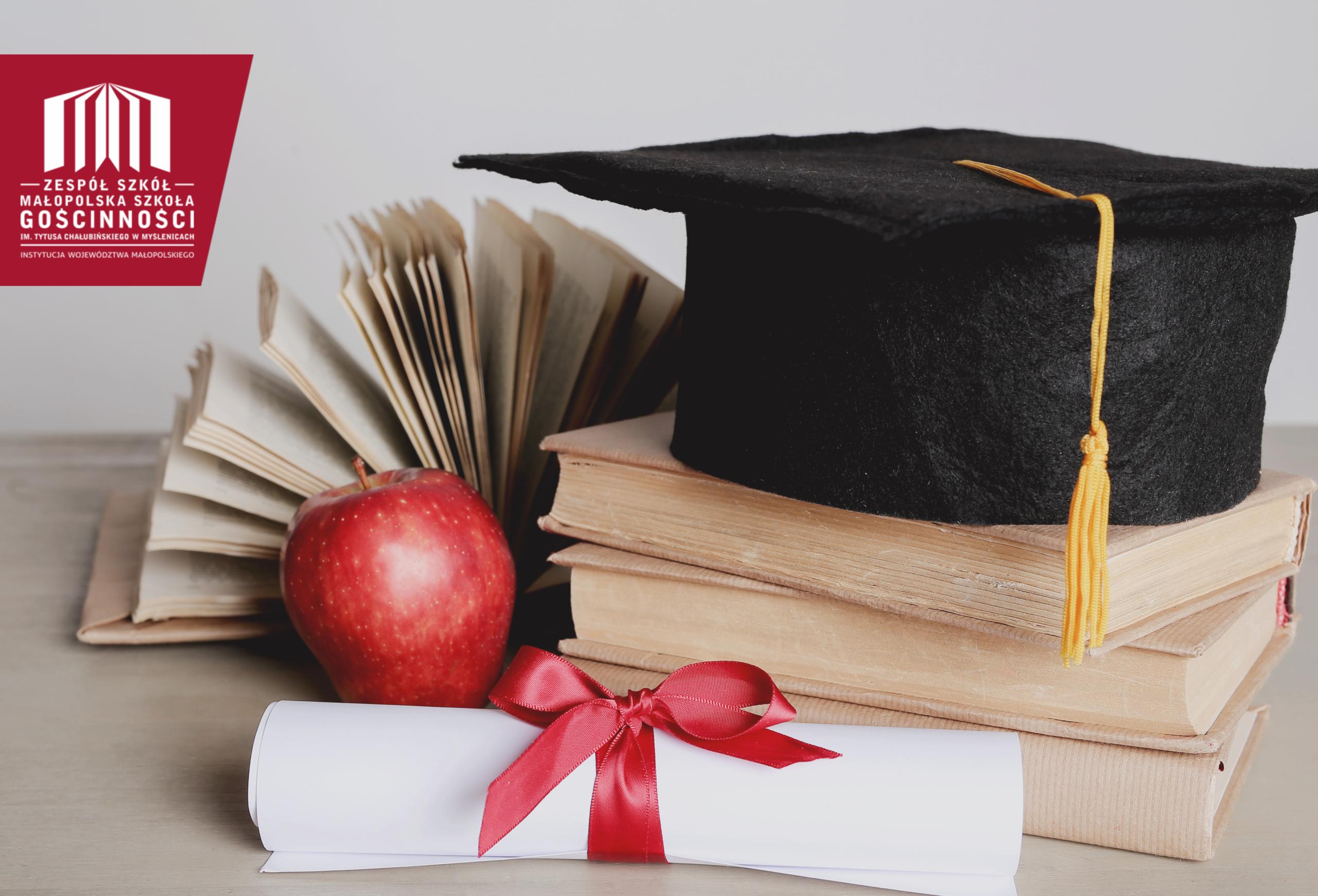 czapka rogatka absolwenta zwój książek
