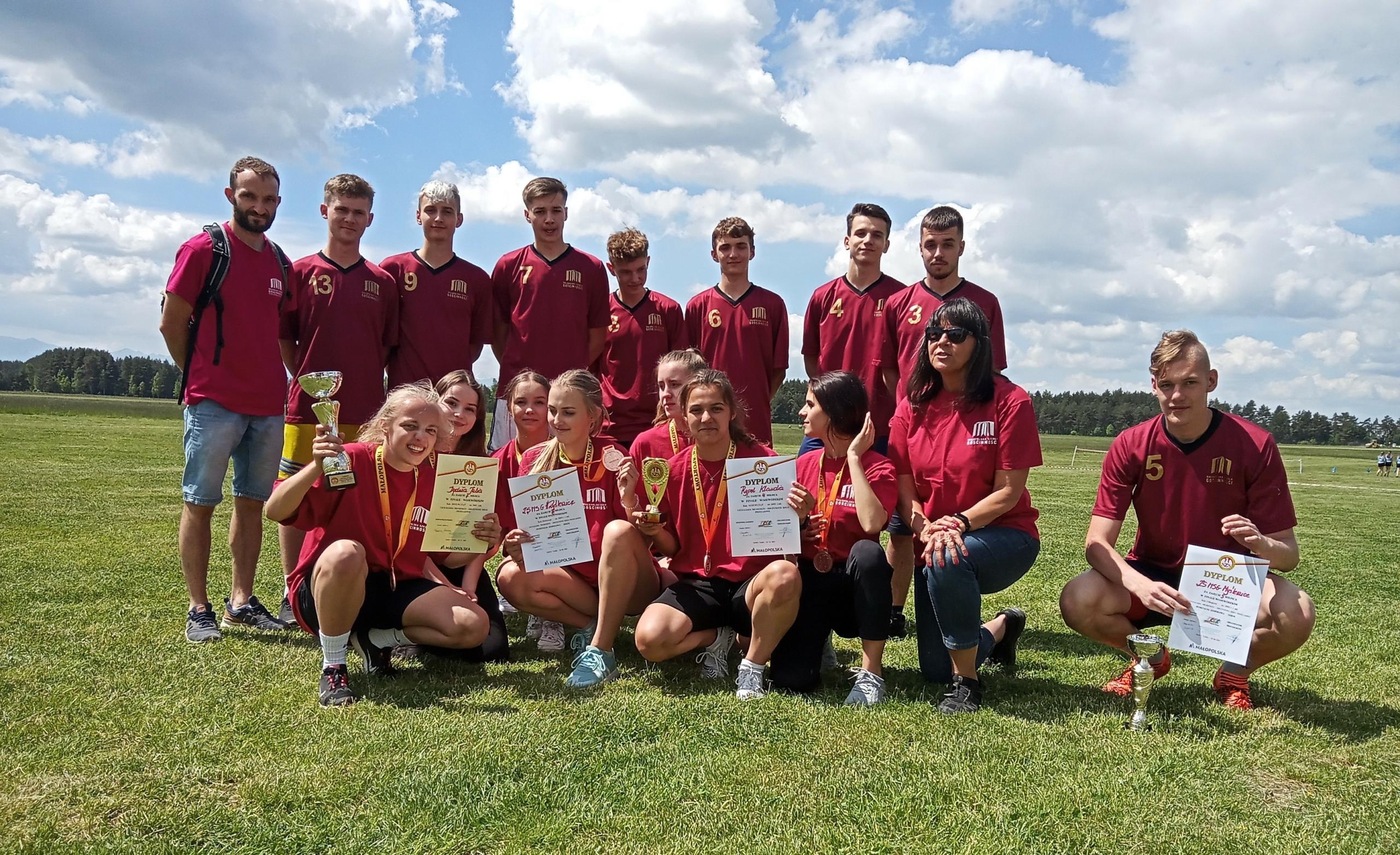grupa uczniów wyróżnionych w zawodach sportowych