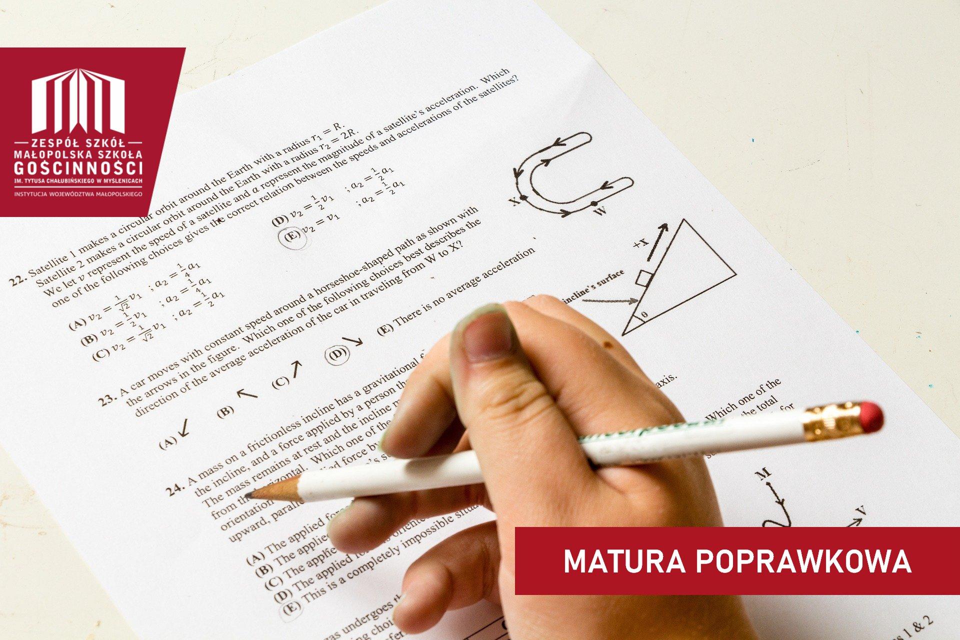 widok na arkusz egzaminacyjny i dłoń trzymająca ołówek