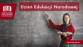 Na zdjęciu kobieta w okularach, czerwonej bluzce i zielonej spódnicy, wskazuje na szkolną tablicę z napisem dzień edukacji narodowej
